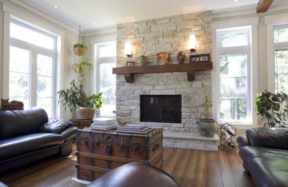 salon avec foyer en coin et télévision   Les foyers au gaz, point focal du salon au rez-de-chaussée. (Photo ...