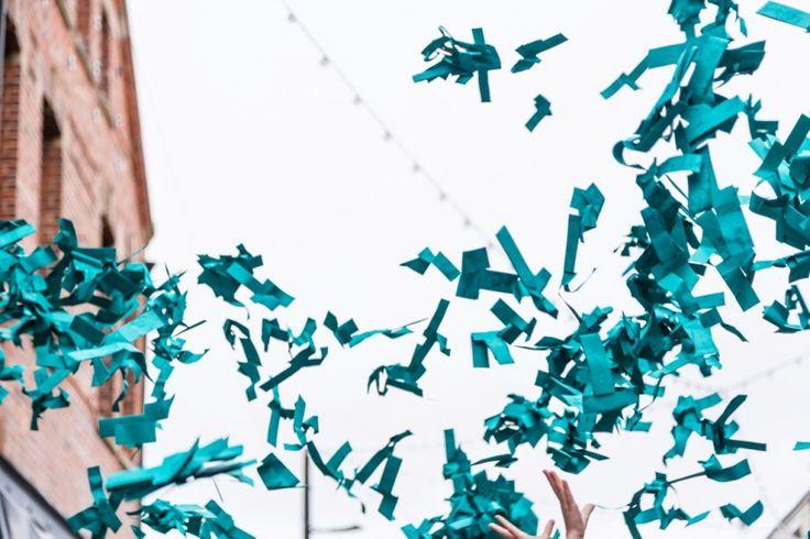 Zwycięstwo koloru morskiego zostało ogłoszone w bardzo niecodzienny sposób - z nieba posypały się papierowe samolociki wykonane z papieru w tym odcieniu zieleni.