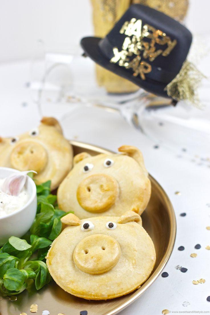 Pikant gefuellte Gluecksschweine als Mitbringsel zur Silvesterparty oder als Fingerfood serviert mit Knoblauch-Dip von Sweets and Lifestyle
