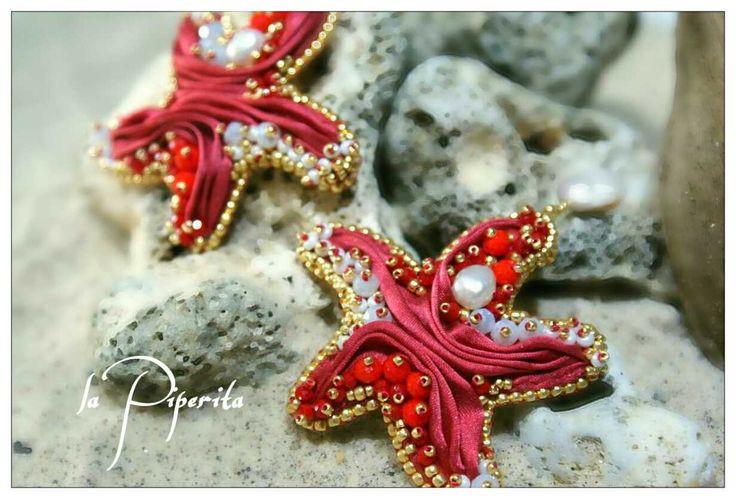 Collezione estate 2015. Orecchini stella marina ( cm. 7 x cm. 5,5 circa ). Seta shibori, perle coltivate, beadembroidery, vera pelle.  Summer collection 2015. Starfish earrings ( 2,76 inch x 2,17 inch ). Silk shibory ribbon, cultured pearls, beadembroidery, pure leather. Original design.  #earrings #starfish #pearls #beadembroidery #handmade #jewelry #silkshiboriribbon