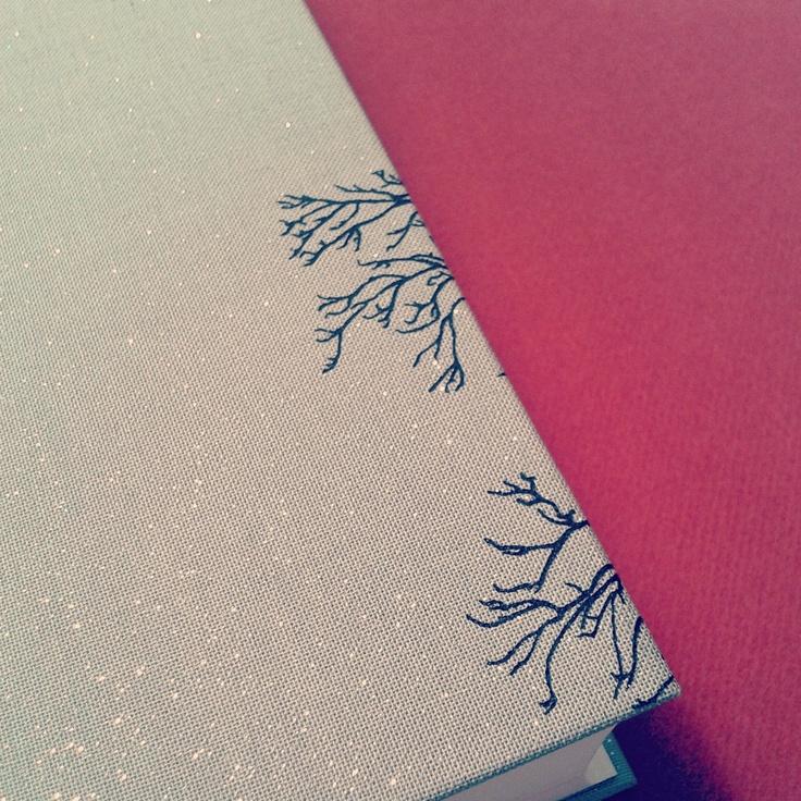 Bedruckter Leineneinband aus glitzerndem Leinen für Eva Menasse, Quasikristalle. (Büchergilde, 2013)