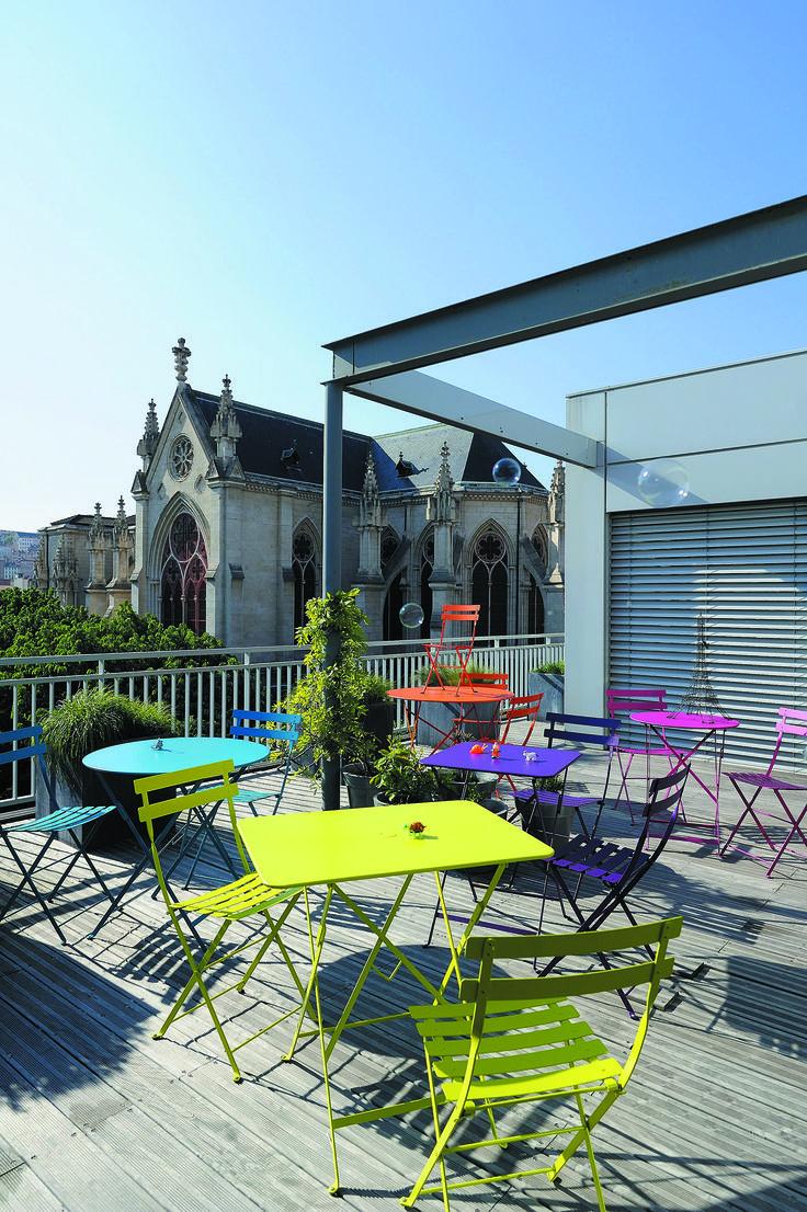 Plus acidulée, elle se veut ronde, carrée ou rectangulaire pour s'adapter à toutes le situations. Les #tables et #chaises #Bistrot de #Fermob n'ont pas fini de séduire les terrasses.