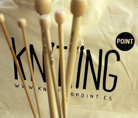 Knitting Point quiere ser escuela de knitting además de tienda. Hacer punto es una experiencia única y queremos compartirla con cuanta más gente mejor. Por e