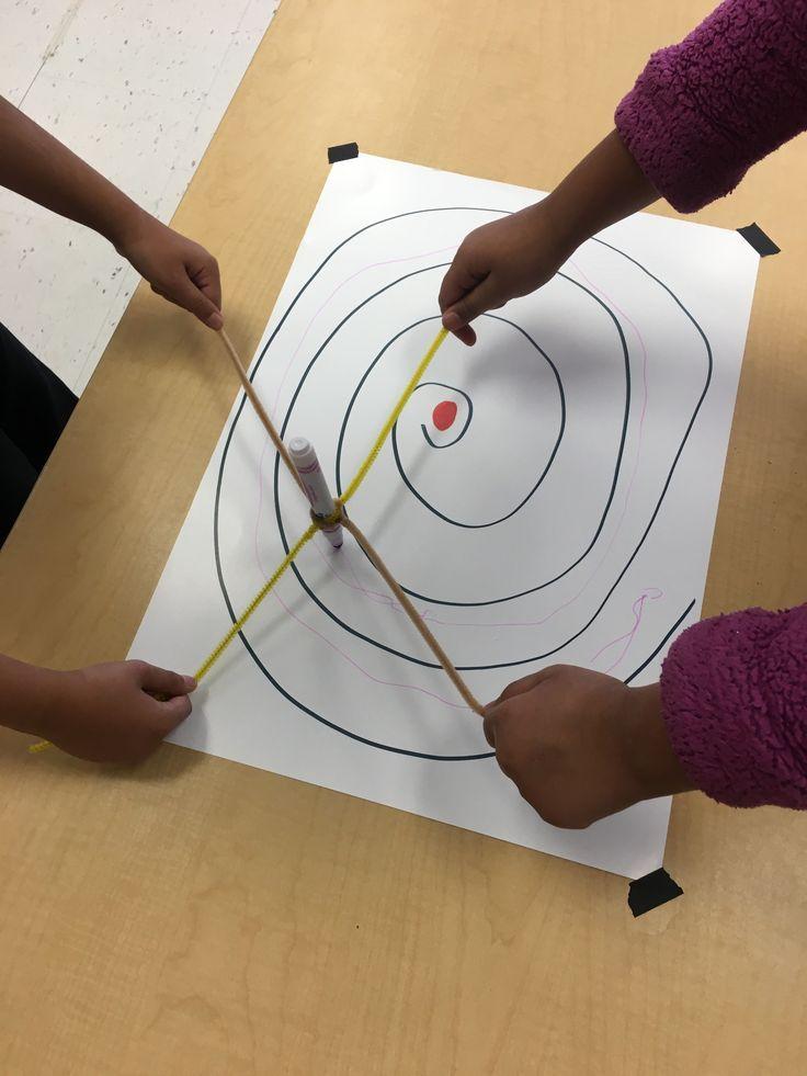 Samen een spiraal binnen de lijnen tekenen.