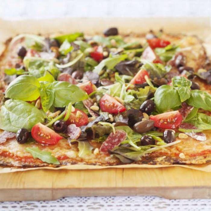 Blomkålspizza med sallad och salami
