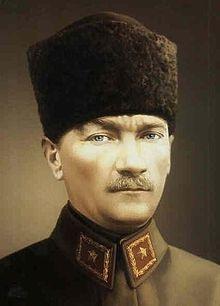 Atatürk // Mustafa Kemal considère le port du fez, comme un symbole féodal et finit par l'interdire aux Turcs qui sont incités à porter des chapeaux. Il demande aux Turcs d'adopter aussi le code vestimentaire européen.. Il interdit également les musiques et les danses orientales. Et à partir de 1934, la radio n'émet plus que de la musique occidentale34. Il favorise le développement d'une culture occidentale et investit à l'opéra, le ballet et la musique classique.