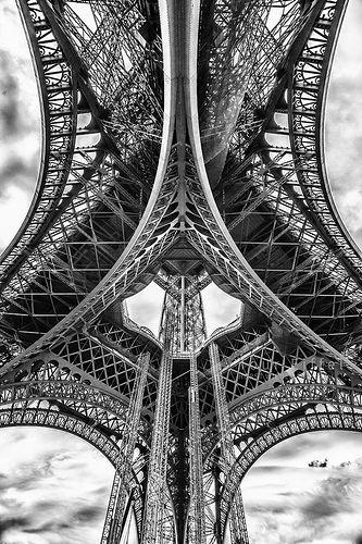 Otra perspectiva de la #TorreEiffel http://www.viajaraparis.com/lugares-para-visitar-en-paris/torre-eiffel-de-paris/ #París