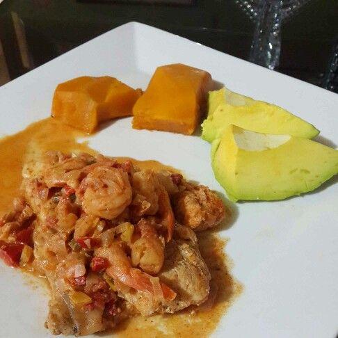 Bagre en salsa de verduras con un toque de crema de coco, cubierto de camarones. Queda super delicioso  Además Lo acompañé con aguacate, auyama y ensalada de lechugas con tomate y cebolla.  #DatosFit #IdeasFit #VidaSaludable #NoEsDieta #ComidaSaludable #Lunch #HealthyFood #HealthyLiving #FitLunch #HealthyLunch #GinaFit #GinaSaludable #ComidaSana