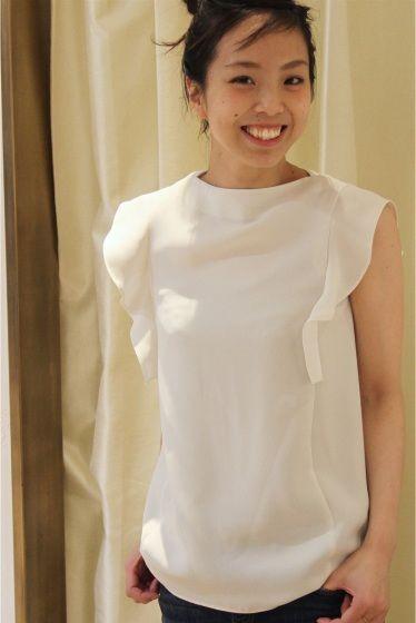 ダブルクロスソデフレアブラウス  ダブルクロスソデフレアブラウス 7560 オンオフ兼用で使っていただけるブラウスに仕上がりました 袖のフリルが甘すぎず女性らしさを演出してくれる枚 ほどよいハリ感のあるダブルクロス素材を使用しているので袖のデザインが引き立ちぐっと上品な印象に トレンドのスカウチョや定番の細身のパンツと合わせてもコーディネートが決まるとても便利な着です スタイリングに悩まず使えるホワイトと今年人気のピンクニュアンスカラーのモカをご用意いたしました 着用スタッフ身長163センチ 着用サイズフリー 店頭外での撮影画像は光の当たり具合で色味が違って見える場合があります 商品の色味はスタジオ撮影の画像をご参照ください モデルサイズ:身長:165cm バスト:80cm ウェスト:58cm ヒップ:85cm 着用サイズ:フリー