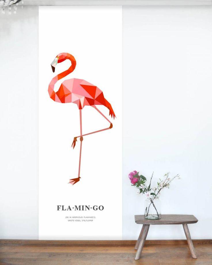 Deze behangposter met flamingo is een echte eyecatcher. Op dit behangpaneel staat een geometrische illustratie van een flamingo met daaronder de betekenis van het woord flamingo in woordenboekstijl. | Design: Tinkle&Cherry | www.tinklecherry.nl