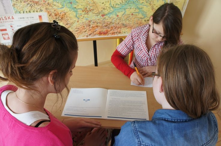 Taką pamiątkę ze szkoły chyba każdy chciałby mieć... Uczniowie pani Edyty Szpisak ze Szkoły Podstawowej w Bochni przygotowali sami folder o swojej szkole. Dodatkowo przetłumaczyli go na język angielski. Przeczytajcie, jak przebiegał cały projekt i jak został zaprezentowany. Realizacja - http://szkolazklasa2012.ceo.nq.pl/dokument_widok?id=6441, prezentacja - http://szkolazklasa2012.ceo.nq.pl/dokument_widok?id=9561