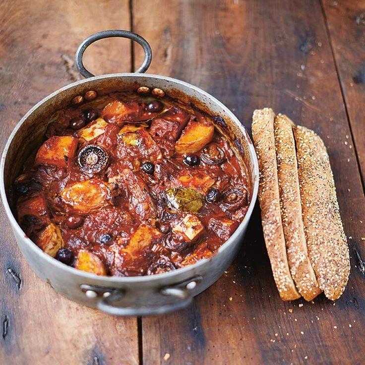 Cacciatore van kip en pompoen (of zoete aardappel) uit Jamie's Superfood | Hmm, heerlijk deze stoof met kip, pompoen, champignons, tomaat en olijven. Wist je dat de kip in dit eenpansgerecht de helft van de vitamine B12 levert die we nodig hebben om rode bloedlichaampjes aan te maken? 1 Verwarm de oven voor op 190...