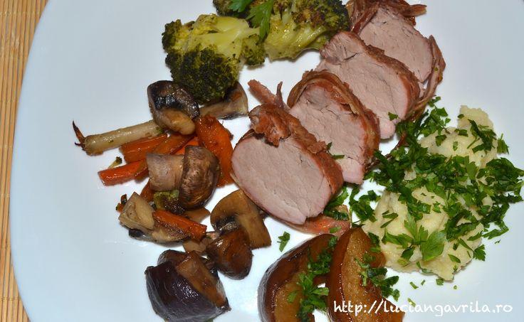 Mușchiuleț de porc învelit bacon (la cuptor, cu mere și cimbru, nădușit în bere brună)