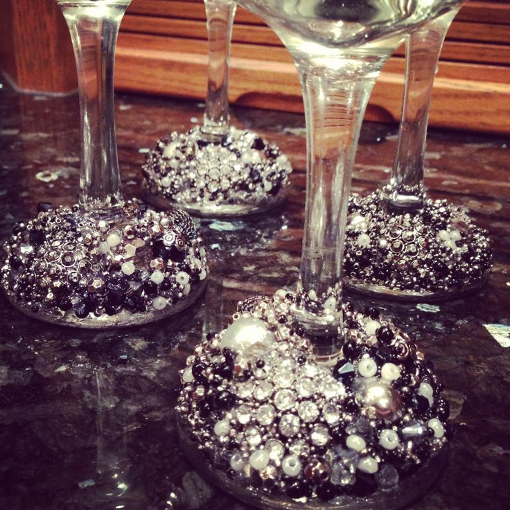 1000 ideas about decorated wine glasses on pinterest wine glass crafts girls night crafts. Black Bedroom Furniture Sets. Home Design Ideas