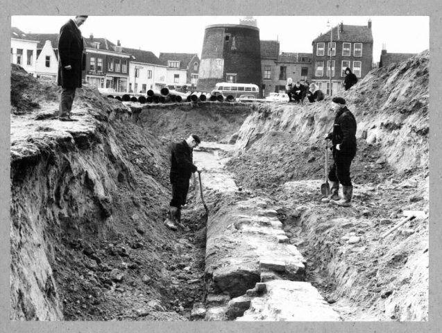 Huis te Riviere tijdens een onderzoek in 1962 onder leiding van C. Hoek. De zuidmuur met afvalkoker werd aangetroffen in de middenberm, onder de voormalige Joodse Begraafplaats, thans het Stadserf. Zichtbaar is de zuidmuur met afvalkoker. De middenberm loopt in de richting van de Lange Kerkstraat en de romp van de Oostmolen.