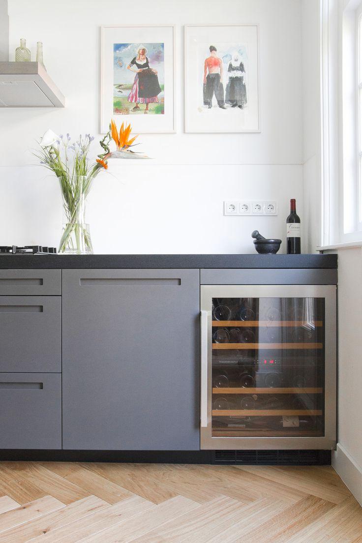Maatwerk keuken visgraat parket met wijnklimaatkast interieur maisonnette amsterdam oud zuid - Eigentijdse keuken grijs ...