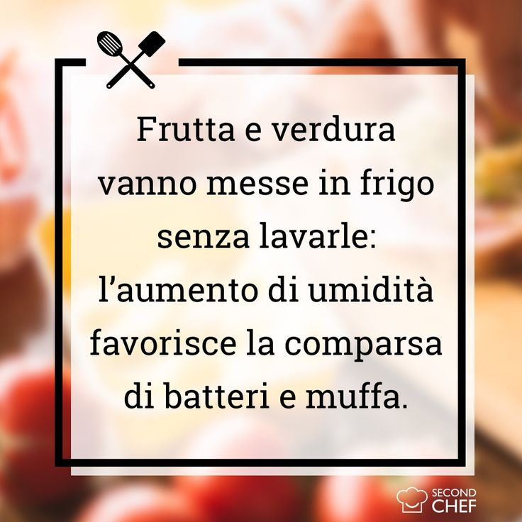 Frutta e verdura vanno messe in frigo senza lavarle prima: l'aumento di umidità favorisce la comparsa di batteri e muffa.