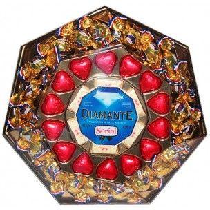 Sorini Diamante Suklaarasia 425g.   Lajitelma italialaisia suklaakonvehteja isossa Sorini Diamante 425 gramman rasiassa. Rasiassa runsaasti maitosuklaakonvehteja hasselpähkinäkerma täytteellä.