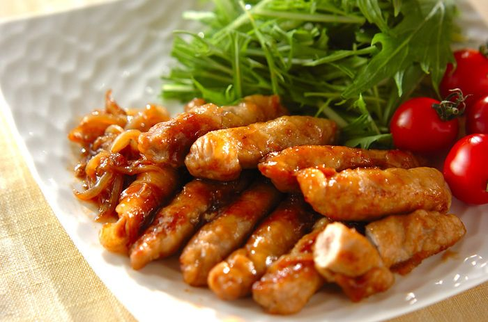 ■お餅と豚肉のショウガ焼き  薄切り肉でお餅をくるくると巻いてボリュームアップさせた、お餅と豚肉の生姜焼きです。お弁当にも詰めやすいのでお勧めです。