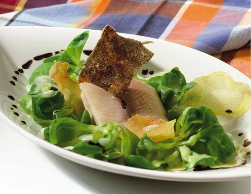Vogerlsalat mit Erdäpfeldressing und geräuchertem Forellenfilet - Rezept - ichkoche.at