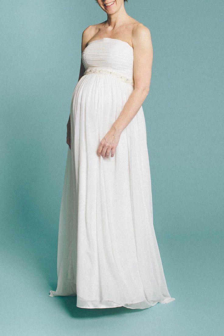 Faye, unser 20er Jahre Hochzeitskleid  ist ein wirklich wunderbar wandelbares Kleid, dass sich sehr über schwangere Bräute freut! Also pregnant brides to be, auf geht`s ;-)!