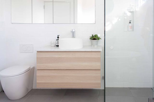 Ideas for small bathrooms: light/white colours on the walls,natural materials (qood), suspended cabinets,mirrored cabinets,bathtub with legs