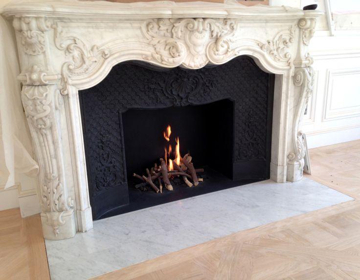 cheminée blanche marbre style Louis XV avec foyer ethanol
