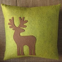 Pattern and tutorial to make this appliquéd reindeer pillow for the holidays