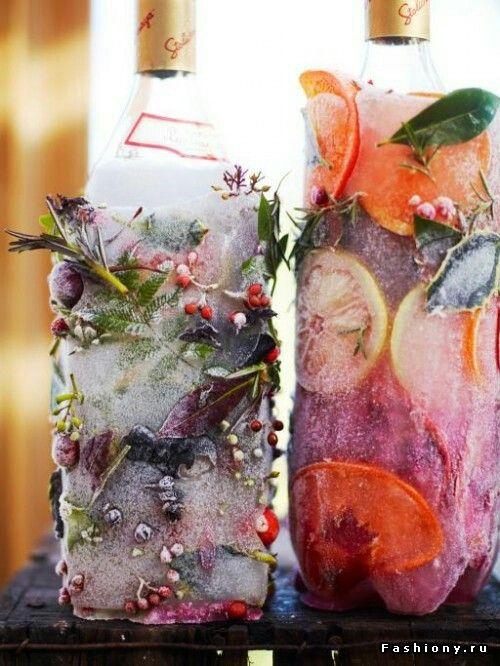Долше сохранить напиток холодным (и, при этом, красиво оформить его) поможет пустая упаковка из-под сока: помесите в нее бутылку и залейте водой (для декора можно побросать цветы или кусочки фруктов), отправляйте в морозилку. Как только вода замерзнет, снимите упаковку и наслаждайтесь результатом!