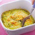 Een heerlijk recept: Lasagne met courgettesaus 12 lasagnevellen 2 courgettes 1 kruidenbouillontablet 2 teentjes knoflook, geperst 125 ml crème fraîche 25 g boter 1 eetlepel Provençaalse kruiden 4 eetlepels basilicum, fijngesneden 100 g geraspte belegen kaas