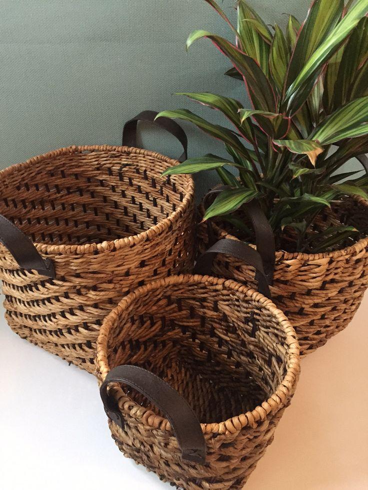 Kurvesæt med flotte læderhåndtag-smukt flet af Bananblade og vandhyacinter.  Sæt med 3 stk 795,- fri fragt på maisonmaison.dk