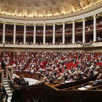 Le report de six mois de la hausse des retraites voté à l'Assemblée
