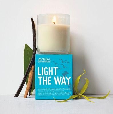 """「アヴェダ(AVEDA)」のオーガニック アロマ キャンドル""""希望の光""""-LIGHT THE WAY- 「アースマンス キャンドル 2015」(1,512円)。「アヴェダ アースデー月間」の活動の一環として販売され、売り上げはすべて40か国以上で実施される地域密着型水プロジェクトのサポートに使われる。"""