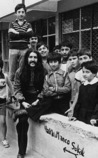 Çocukların sevgilisi Barış Manço yine çocuklarla birlikte. Hem de kendi adının verildiği sokağın başında (1984).