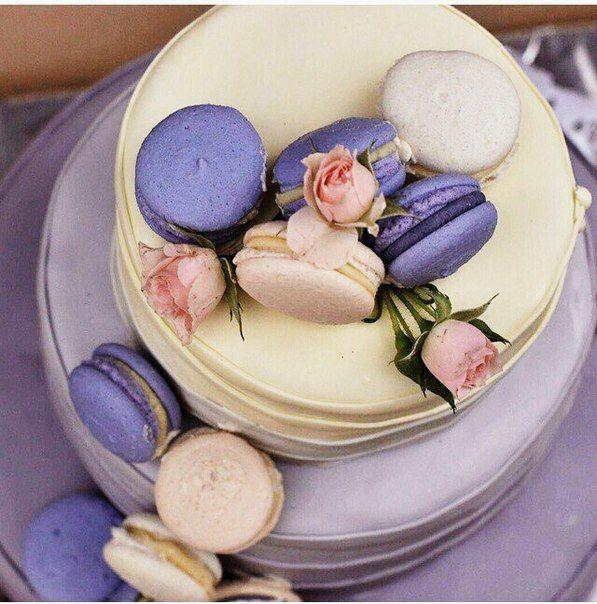 Свадебный торт в стиле омбре сиреневый с макарунами Wedding cake Ombre purple with macarons
