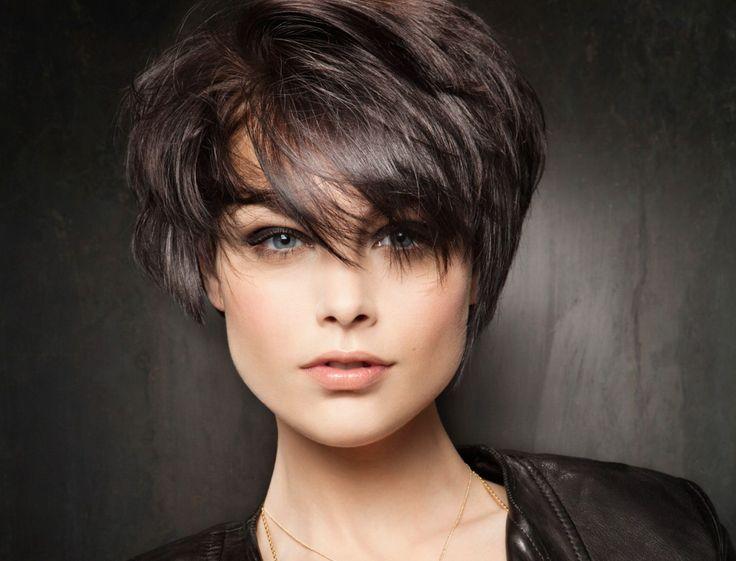 Короткая омолаживающая стрижка на темные средние волосы