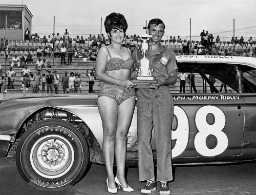 Middle Georgia Raceway - Männer, Motoren und Marihuana 500.000 Dollar hatte der Bau des Middle Georgia Raceway gekostet, als er 1966 eröffnet wurde. Und gleich im ersten Jahr des Bestehens stellte Richard Petty einen neuen Geschwindigkeitsrekord für N