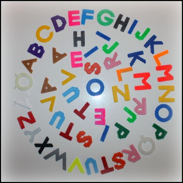 Vielä vähän pienemmät aakkoset omille lukemaan ja kirjoittamaan opetteleville lapsilleni. Eniten käytettyjä kirjaimia useampi kappale, keksii paremmin sanoja. Å jätettiin tietoisesti pois :-)