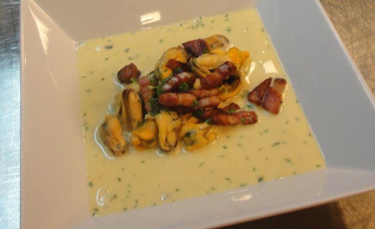 Mosselen met Ricardsaus en Breydelspekjes. Recept te vinden op: http://www.breydel.be/nl/koken-met-breydel/recepten/mosselen-met-ricardsaus-en-breydelspekjes