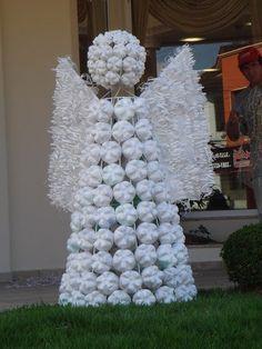 Hermosas decoraciones reciclando botellas de plástico PET. Estos adornos son ideales para exterior (puedes decorar con ellos la terraza, la azotea, el patio, el balcón o jardines públicos). Es una idea genial para hacer con los vecinos y decorar su entorno, entre todos podrán recolectar muchísimas botellas para hacer figuras increíbles. Árbol con fondos de …