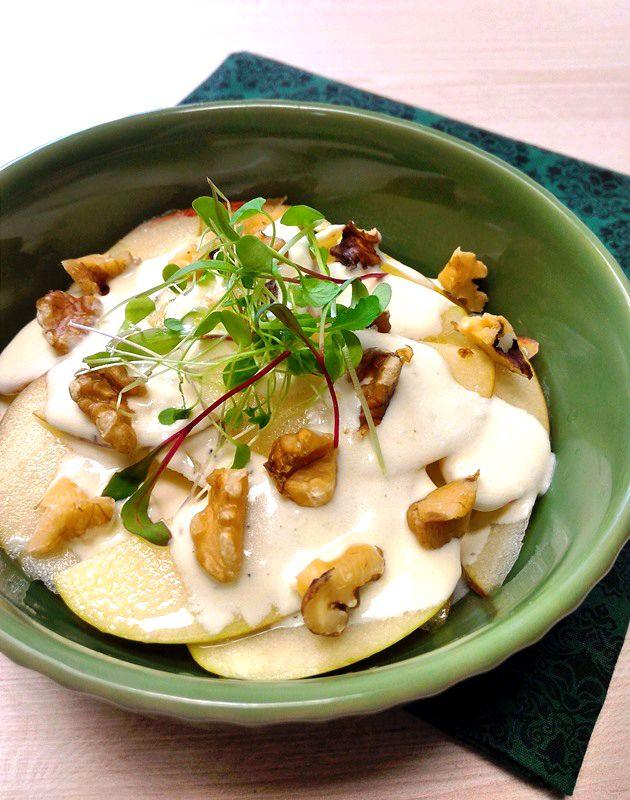 Salada Waldorf (de maçãs com molho de iogurte, limão e nozes)