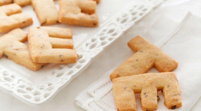 Farina 00 : 200 g Grana grattugiato : 200 g Burro : 160 g Fiori di arancio secchi : 1 cucchiaino  Semi di anice : 1 cucchiaino  Sale : q.b. Pepe : q.b.  Preparazione 1In una ciotola miscelate tutti gli ingredienti secchi; aggiungete il burro, fuso e lasciato raffreddare, un pizzico di sale e una macinata di pepe, e impastate velocemente fino a ottenere un composto sodo e omogeneo. Formate una palla, avvolgetela con la pellicola trasparente e lasciate riposare per almeno mezz'ora.
