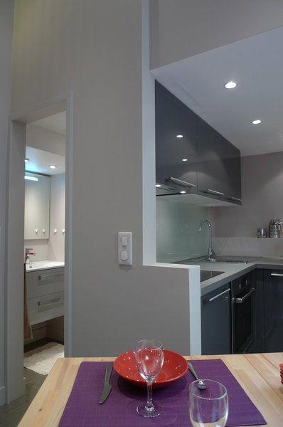 Une cuisine ouverte et une vraie salle de bains logée en partie ...