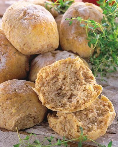 Saftiga, goda och hållbara bullar, som kan kryddas med andra saker än timjan, t ex anis, fänkål, kummin eller hackad persilja.