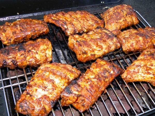 Travers de Porc au Barbecue POUR 6 PERSONNES 2kgs de travers de porc 10 Cuillères à Soupe de miel liquide 2 gousses d'ail 2 citrons 8 Cuillères à Soupe de sauce soja 12 Cuillères à Soupe de ketchup 4 Cuillères à Soupe de xeres 2 Cuillères à Soupe de sucre en poudre 2 Cuillères à Soupe de mélange 4 épices