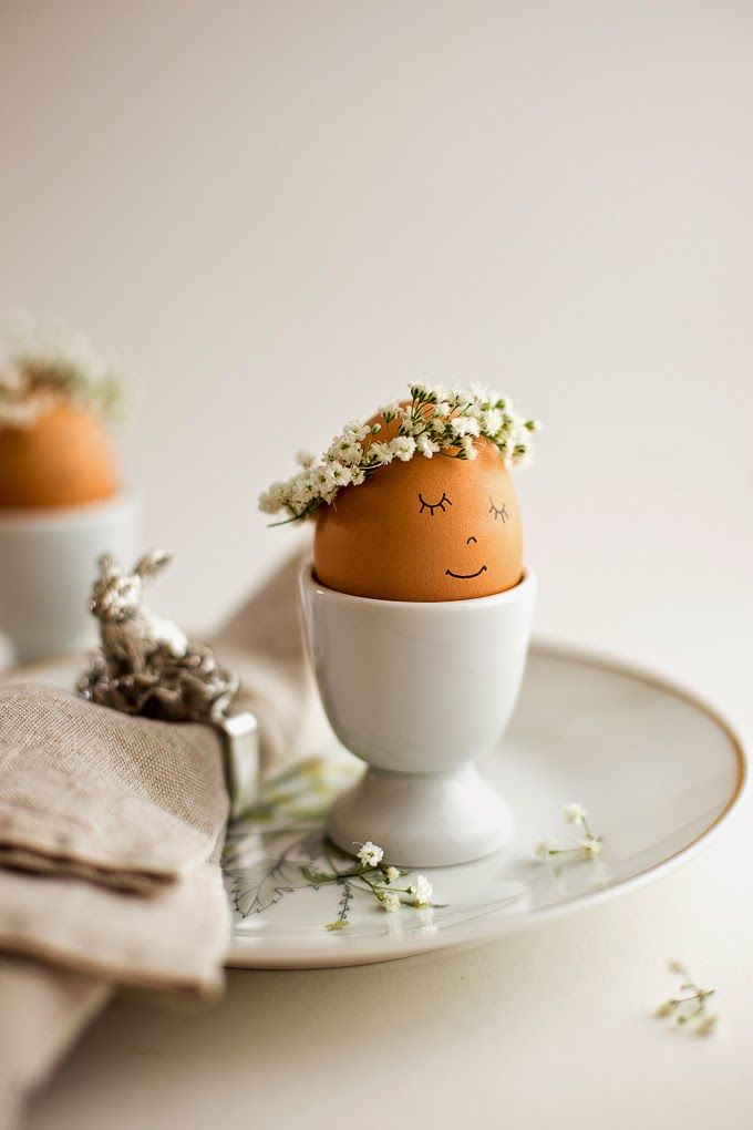 Eep! How cute is this little egg crown! Definitely doing this for Easter!