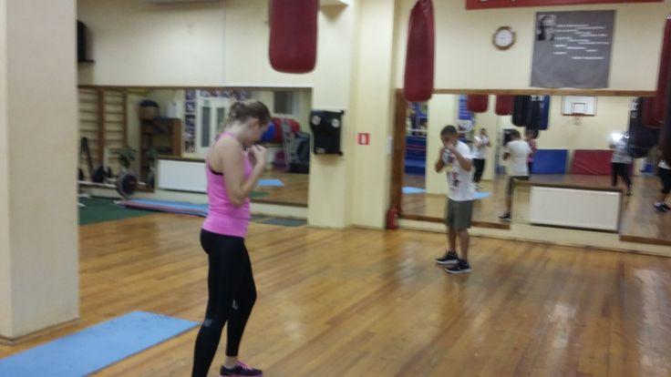 Всем, привет!  Что такое фитнес-бокс для девочек? Да все просто - это когда во время тренировки ты не успеваешь: попить водички, утереть ресницы от заливающего их пота, и никакой возможности сделать селфи:)  Вчера вот сделала фото тренировки деток (захватила концовочку) - занимались до нас.