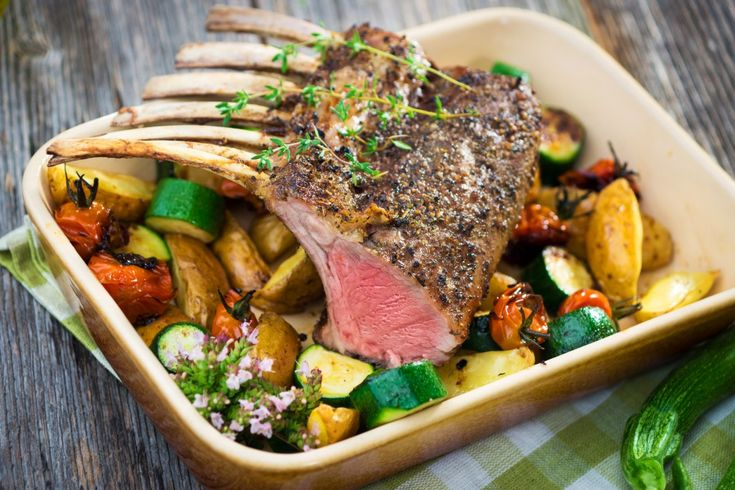 Carré d'agneau en croûte verte, gros légumes rôtis, coulis de tapenade