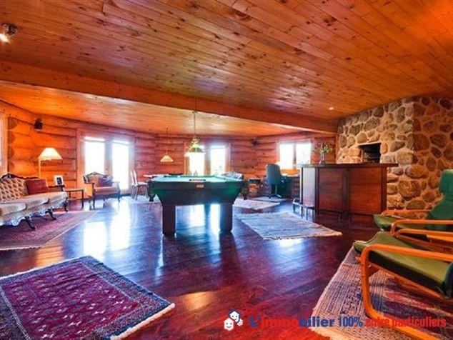 Billard au cœur d'une luxueuse maison en bois rond en front de lac, à 110 km de Montréal. #maisonBois #maisonQuebec #maisonCanada #maisonMontreal www.partenaire-europeen.fr/Annonces-Immobilieres/Canada/Vente-Maison-Villa-F7-AUSTIN-T609534
