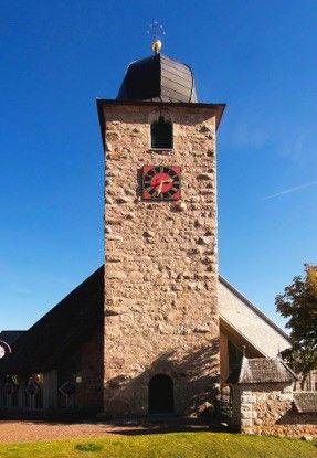 Schluchsee, Um so erfreulicher der aus dem 13. Jahrhundert erhaltene Kirchturm und der dahinter liegende Pfarrgarten mit dem steinernen Kreuz. Auch sehr schön der große Platz mit dem Brunnen und dem Hotel Schiff.